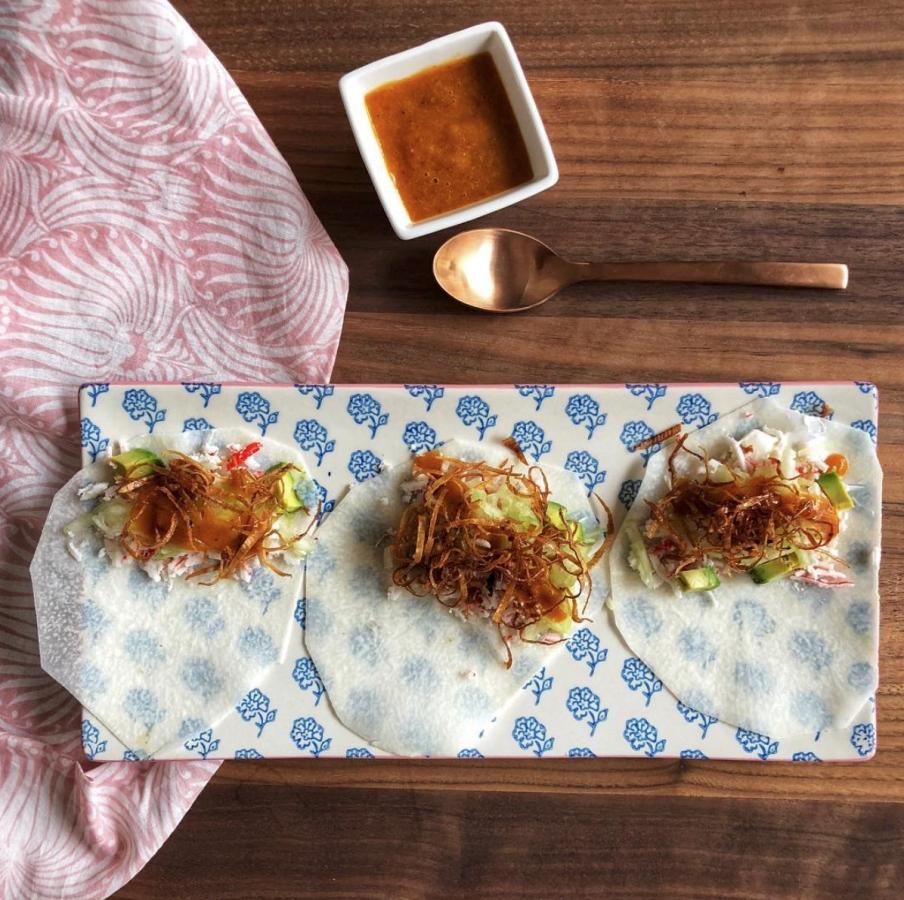 Taquitos de jicama con surimi y salsa de mango y chipotle