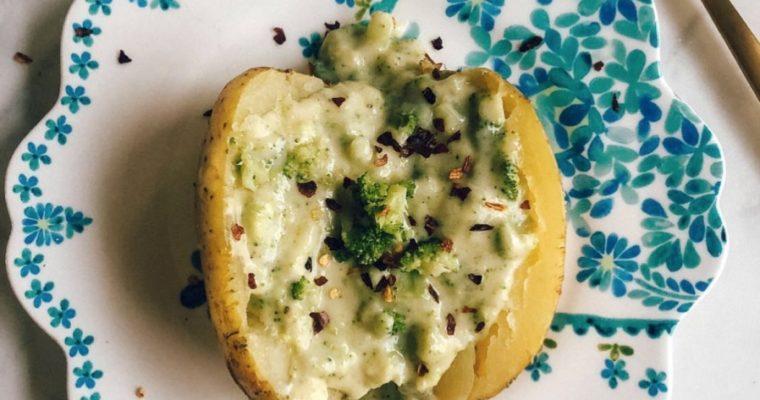 Papa horneada con brócoli y queso parmesano
